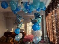 Композиция №421 из белых, голубых и синих шаров с фольгированными фигурами